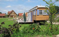 Zirkuswagen mit 24qm Terrasse im Garten.