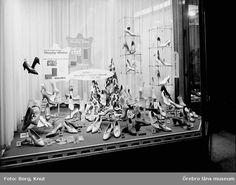 Oscaria - skyltfönster med skor. Örebro 1959. Foto: Knut Borg