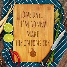 Schneidebrett aus Holz mit Typo / typo cutting board, onions, gift idea by Rolling Woods via DaWanda.com