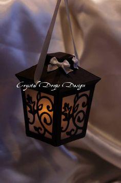 Lanterna per sospensione in carta perlescente nera intagliata, carta traslucida e nastri in raso. Per tea light a batteria.