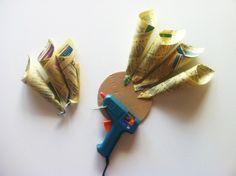Paso 4: Pegar los conos de papel a la base de cartón