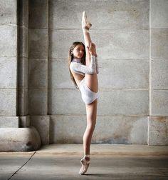 ballet dance photography, dance poses ve dance Dance Photography Poses, Dance Poses, Dance Picture Poses, Photography Kids, Urban Photography, White Photography, Yoga Poses, Contemporary Dance, Modern Dance