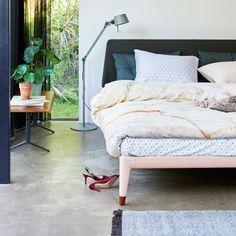 De Auping Essential is een echt designbed, ontworpen door het Berlijnse ontwerpduo Köhler&Wilms. Door de verschillende kleuren en stijlmogelijkheden past dit eigentijdse bedmodel in ieder interieur. Hier is goed over nagedacht, zodat jij er lang plezier van zult hebben. Daarnaast is het ontwerp ook nog eens echt duurzaam: het eerste bed ter wereld dat 100% recyclebaar is. Past in ieder interieur Red Dot Design Award, Goed Industrieel Ontwerp en IF Award Cradle to Cradle gecertificeerd… Girls Bedroom Colors, Bedroom Wall Colors, Boys Bedroom Paint, Boys Bedroom Themes, Bedroom Styles, Childrens Bedroom Furniture, Modern Bedroom Decor, Bedroom Vintage, Bedroom Wall Designs