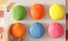 Se você quer saber como fazer massinha de modelar caseira, então este é o artigo perfeito para você. Essa é uma das brincadeiras favoritas da criançada e Diy For Kids, Crafts For Kids, Baby Play, Slime, Easter Eggs, Biscuits, Homemade, Fruit, Breakfast
