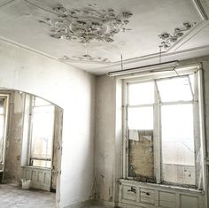 Faded grandeur at its finest / Shabby & chic for sure. Photo Cred: @detweedelente