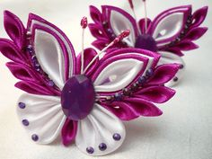 Kanzashi purple white ladies g Ribbon Art, Ribbon Hair Bows, Fabric Ribbon, Ribbon Crafts, Fabric Crafts, Kanzashi Tutorial, Cloth Flowers, Satin Flowers, Fabric Flowers