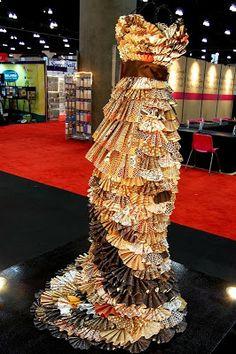"""Paper Roses (and fabulous dresses....) misschien de kaarten ok een onderjurk allemaal apart vast maken als een soort """"schubben"""" zo kunnen we gewoon bewegen en wordt de jurk niet zo stijf."""