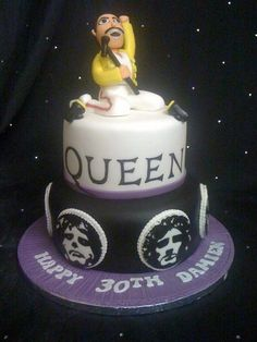 A Queen inspired cake perfect for any rock themed celebration! Queens Birthday Cake, Queen Birthday, Soccer Birthday, 11th Birthday, Queen Banda, Freddie Mercury Birthday, Rock And Roll Birthday, Cake Band, Queen Cakes