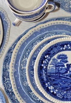 """Do you do """"Blue and White"""" ? Do you have an obsession with Blue and White Urns, Ginger Jars, Tu. Blue Willow China, Blue And White China, Love Blue, Blue China, Blue Dishes, White Dishes, Delft, Chinoiserie, Dresser La Table"""