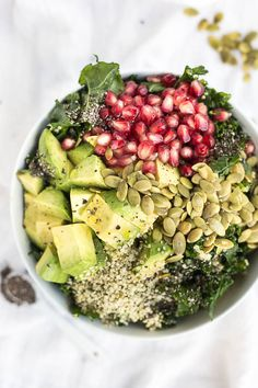 SEEDS - DISH - This Superfood Grain Bowl is a vegan and gluten free lunch or dinner that's packed with healthy ingredients like kale, hemp seeds, and chia seeds! Menus Healthy, Healthy Snacks, Healthy Eating, Beef Recipes, Whole Food Recipes, Vegan Recipes, Plats Healthy, Plat Vegan, Grain Bowl