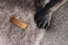 Grey Kare - Está confeccionada a mano por artesanos de Ezcaray. Su composición es 73% mohair (pelo de cabra de angora y una de las fibras naturales más valiosas del mundo) y 27% lana natural.  De aspecto esponjoso, con su abrigo el perro recibe lo más parecido al abrazo de su dueño. #HANNIKO #Mantas #MantasParaPerros #Blankets #DogBlankets #LuxuryDogs #LuxuryDogsBlankets Fur Slides, World, Dog Blanket, Bed Covers, Hug, Hair