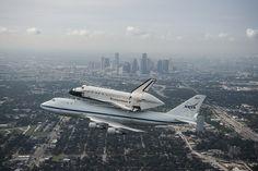 ¡Houston, Texas! El transbordador Endeavour vuela sobre el centro de Houston (Foto: NASA/ Sheri Locke)
