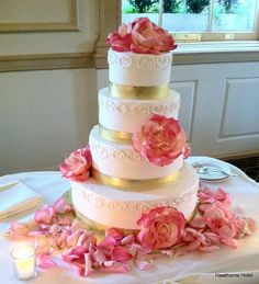 Sweet And Soft Colors Pink And Gold Wedding Cake / Wedding Pink And Gold Wedding Decoration Ideas With Various Items Decoration
