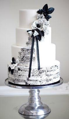 Black and white colors scheme continues to be the most elegant one. We've already told you about black and white table settings, and now – let them eat cake!