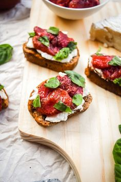 roasted strawberry, brie and basil crostini Dairy Free Recipes, Healthy Recipes, Vegetarian Recipes, Roasted Strawberries, Yummy Snacks, Brie, A Food, Vegan Food, Food Photography