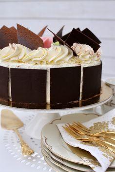 Schwarzwaldtårta   Ylvas Bakverkstad Meringue Cake, Fika, Sweet Desserts, Vanilla Cake, Tart, Food And Drink, Chocolate, Cream, Layers