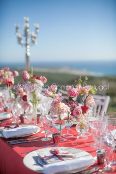 Sea view dinner Party. Elegant red flowers and table settings.  Private event by The Wedding Company - Portugal.   Photo by TWC.