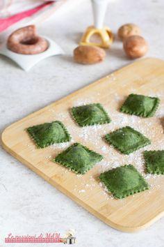 Green ravioli with sausage and potatoes - Primi piatti - Tortellini Tortellini, Potato Recipes, Pasta Recipes, Colored Pasta, Make Your Own Pasta, Pasta Maker, Homemade Pasta, Ramen, Food Illustrations