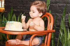 Samuel, concentrado no seu primeiro doce.