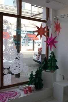 by Vidamí vidrieras Navidad 2012 en Acqua Christmas 2015, Christmas And New Year, Xmas, Christmas Window Display, Christmas Decorations, Holiday Decor, Shop Window Displays, Store Displays, Ideas Decoracion Navidad
