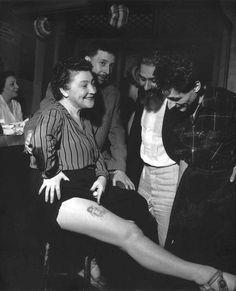 Robert Doisneau Youki Desnos Showing Her Mermaid Tattoo, Paris Robert Doisneau, Vintage Photography, Street Photography, Urban Photography, People Photography, Color Photography, Old Photos, Vintage Photos, Antique Photos