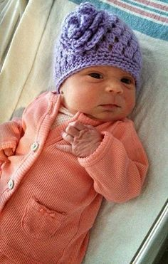Crochet Baby Mittens Hand Me Down Hobby: Newborn Rose Beanie Baby Girl Crochet, Crochet Baby Clothes, Cute Crochet, Crochet For Kids, Knit Crochet, Crochet Baby Hats Free Pattern, Baby Patterns, Crochet Patterns, Crochet Ideas