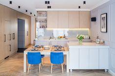 Otwarta kuchnia połączona z salonem i częściowo z przedpokojem. Meble kuchenne fornir dębowy na zamówienie, Stolarnia Masterwood.