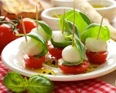 Mozzarella donuts with basil - Clean Eating Snacks Pinchos Caprese, Salade Caprese, Mozzarella, Quick And Easy Appetizers, Easy Appetizer Recipes, Healthy Appetizers, Caprese Appetizer, Baby Spinach Salads, Cherry Tomatoes