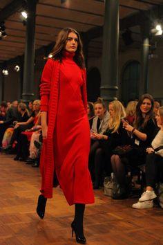 Marcel Ostertag: Schwarze Lackpumps von Clarks und ein wunderbares rotes Kleid der Lava Kollektion Herbst/Winter 2015 #AW15