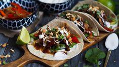 På fredager er det vanvittig mange nordmenn som spiser taco. Den klassiske fredags-tacoen står for tur sammen med en god film. Jeg er glad i taco jeg, men denne tacoen er mye bedre enn den originale. Etter mange fredager på rad med taco så er det greit å bytte litt på. Jeg marinerer kyllingen med … A Food, Food And Drink, Tex Mex, Eating Well, Nom Nom, Tacos, Mexican, Healthy, Ethnic Recipes