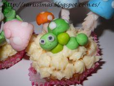 Cupcakes  de limón con sus figurita-una oruga verde.