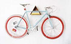O designer Mateus Bagatini desenvolveu, junto a uma amiga, o suporte de madeira para pendurar bikes. Foto: Arquivo pessoal