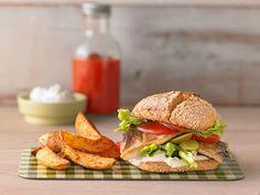 Leckerer Fischburger mit Kartoffelecken und Kräuterquark
