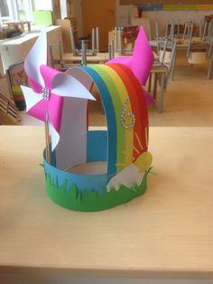 Regenboog hoed Diy For Kids, Crafts For Kids, Robot Art, Paper Plates, Carnival, Paper Crafts, Crown, Birthday, Party