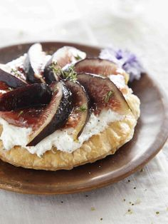 Fine goat and fresh fig tart recipe with purple fig jam - Kitchen / Madame Figaro Goat Cheese, Camembert Cheese, Fig Tart, Tarte Fine, Fresh Figs, Tart Recipes, Quiche, Goats, Veggies