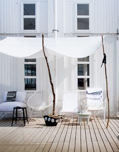Fauteuils dépareillés, aménagement d'une terrasse fait de bric et de broc, mais qui va à l'essentiel pour profiter du soleil à l'heure de la pause ! http://www.m-habitat.fr/terrasse/amenagement-et-mobilier-de-terrasse/le-mobilier-exterieur-de-detente-1053_A