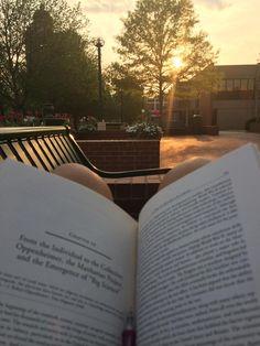 13 de mayo de 2014. Chica que lee. No hay mejor forma de enfrentarse a los exámenes finales que leyendo y disfrutando de un atardecer. http://wp.me/P2yR3G-Dv