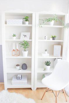 Ein Regal voller schöner Pflanzen und Deko... was wär das toll!, urbanjunglebloggers, urbanjungle, plants, Pflanzen, Zimmerpflanzen, Deko mit Pflanzen, Eames Chair, Ikea,Felle