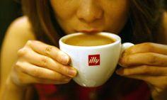 Bebiendo café Illy.