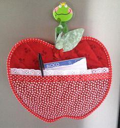 Olá, aqui vai o passo a passo de como fazer um porta bloquinho de notas feito de tecido estampado na cor vermelha em forma de maçã. É muito utilizado na cozinha pendurado para ter à mão o bloco e a…