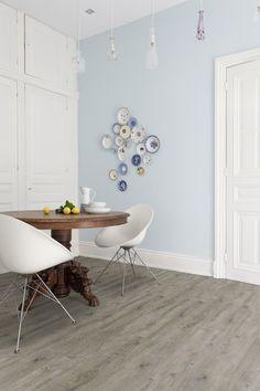 Pvc vloer met houtlook. Grey pecan XL (Limited edition) Zelfklevende pvc vloer. Geschikt voor alle ruimten zoals de badkamer, woonkamer, keuken of slaapkamer. Past zowel in een modern interieur als een industrieel Interieur. Geschikt voor vloerverwarming. Bestel tot 6 gratis vloerstalen op onze website. #pvcvloer #eiken #pvc #vloer #vloeren #pvcvloeren #badkamer #woonkamer #keuken #licht #donker #taupe #bruin #grijs #bruine #grijze #houtenvloer #groef #houten #houtlook.