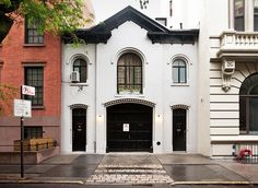 Dream home: a carriage house in Bk! This one: 165 Columbia Heights, Brooklyn Heights, New York Architecture Unique, New York Townhouse, Columbia Heights, English House, English Style, Brooklyn Heights, Coach House, Cottage, Brick And Mortar