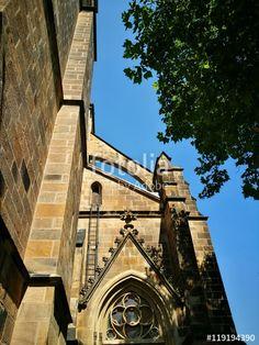 Braunes und ockerfarbenes Mauerwerk der alten Herz-Jesu-Kirche im Bistum Münster in Westfalen im Münsterland