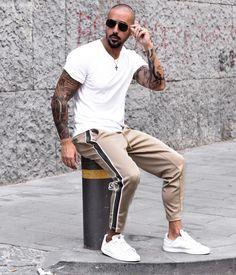 Look masculino streetwear com camiseta branca e calça Side Band. Vejam mais  dicas de como 23fbb4f570a