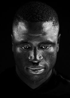 ( portret ) Fotograaf Stephan Vanfleteren 1989 // mooi hoe een donker persoon op een donkere achtergrond nog zo contrastvol kan zijn //