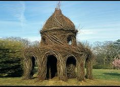 Artist Patrick Dougherty: The experienced branchbender weaves the human-sized nest houses out of living, growing trees.