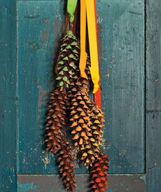 Flot pynt ungerne kan lave til døren af grankogler fra skoven #kids #DIY