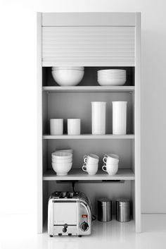 Låger der gemmer bl.a. dine køkkenmaskiner væk. Behøver vi sige, at der er stikkontakter i skabet?