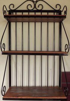 Prateleira produzida em ferro e madeira de demolição de alta qualidade (Peroba rosa).  Excelente acabamento.    Fácil instalação.  *Acompanha buchas e parafusos de fixação.