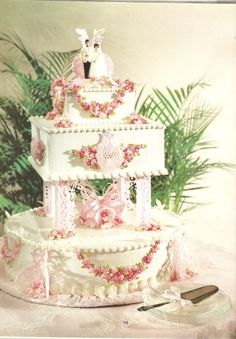 http://www.wedding-flowers-and-reception-ideas.com/tier-wedding-cake.html